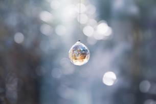 美しいガラスのクリスタルのサンキャッチャーの飾りがある窓辺の写真素材 [FYI04730106]