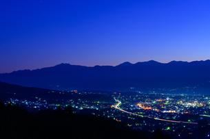 長野県飯田市 夜明け前の南アルプスと飯田市街の写真素材 [FYI04730140]