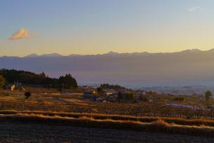 長野県飯田市 朝日に照らされる南アルプスの写真素材 [FYI04730147]