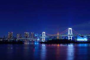 東京 お台場 レインボーブリッジと東京の夜景の写真素材 [FYI04730191]
