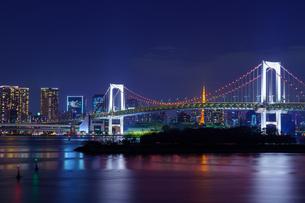 東京 お台場 レインボーブリッジと東京の夜景の写真素材 [FYI04730192]