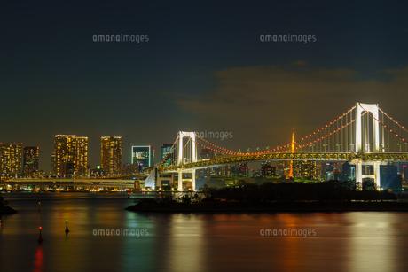 東京 お台場 レインボーブリッジと東京の夜景の写真素材 [FYI04730194]