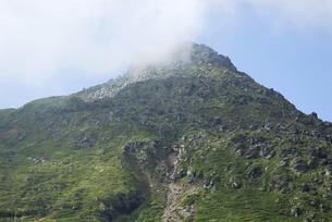 羅臼平から見た羅臼岳山頂(北海道・知床)の写真素材 [FYI04730239]