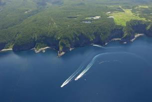 空から見る知床五湖と海(北海道・知床)の写真素材 [FYI04730243]
