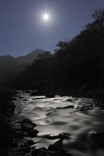 月明かりの川と羅臼岳(北海道・知床)の写真素材 [FYI04730260]