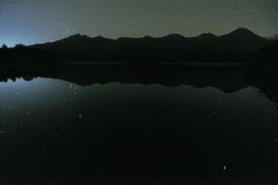 知床五湖に映る星(北海道・知床)の写真素材 [FYI04730288]