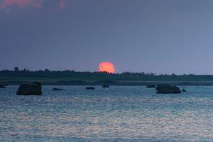 宮古島の日没の写真素材 [FYI04730344]