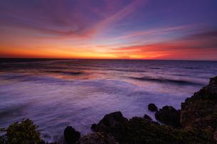宮古島で夜明けを待つの写真素材 [FYI04730352]