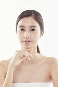 顔に手を添える日本人女性のビューティイメージの写真素材 [FYI04730369]