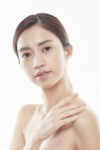 デコルテに手を添える日本人女性のビューティイメージの写真素材 [FYI04730375]