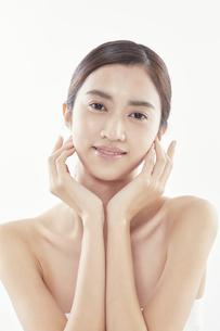 頬に手を添える日本人女性のビューティイメージの写真素材 [FYI04730376]