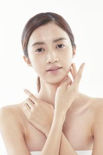頬に手を添える日本人女性のビューティイメージの写真素材 [FYI04730378]