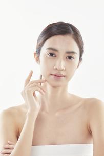 頬に手を添える日本人女性のビューティイメージの写真素材 [FYI04730381]