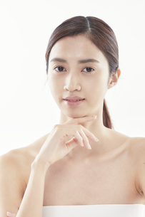 顔に手を添える日本人女性のビューティイメージの写真素材 [FYI04730382]