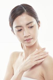 デコルテに手を添える日本人女性のビューティイメージの写真素材 [FYI04730397]