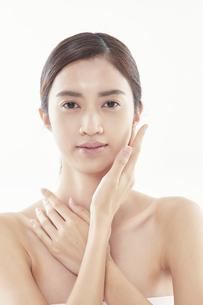 頬に手を添える日本人女性のビューティイメージの写真素材 [FYI04730405]