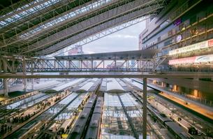 上から見たJR大阪駅のプラットホームと電車の風景の写真素材 [FYI04730411]