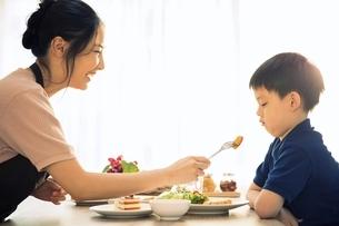 母親のご飯を食べようとしない男の子の写真素材 [FYI04730475]