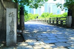 大阪城公園 極楽橋と大阪ビジネスパークの写真素材 [FYI04730649]