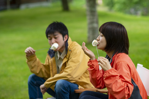 マシュマロを食べるカップルの写真素材 [FYI04730663]