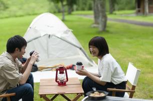 キャンプ場でくつろぐカップルの写真素材 [FYI04730725]