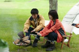 焚き火をするカップルの写真素材 [FYI04730754]