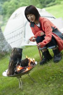 マシュマロを焼く女性の写真素材 [FYI04730767]