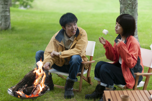 マシュマロを焼くカップルの写真素材 [FYI04730772]