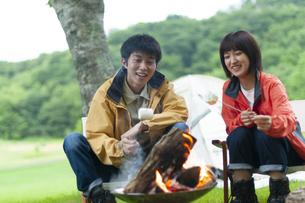 マシュマロを焼くカップルの写真素材 [FYI04730775]