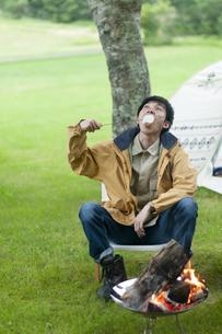 マシュマロを食べる男性の写真素材 [FYI04730778]