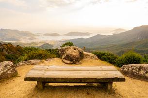 【香川県 小豆島】風景を一望できる寒霞渓のベンチの写真素材 [FYI04730853]