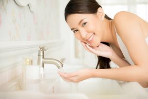 お風呂で顔のスキンケアをする若い女性の写真素材 [FYI04730858]