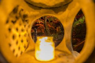 大山寺 参道階段の燈籠越しに臨む紅葉の写真素材 [FYI04730896]