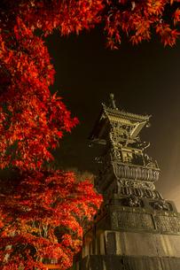ライトアップされる紅葉と大山寺の宝篋印塔の写真素材 [FYI04730907]