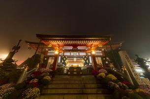 濃霧の中に浮かび上がる阿夫利神社の写真素材 [FYI04730928]