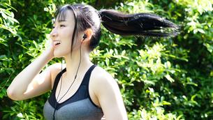 公園でランニングしているきれいな女性の写真素材 [FYI04730943]