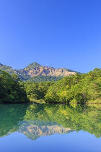 福島県 毘沙門沼と磐梯山の写真素材 [FYI04731047]