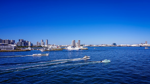 快晴の横浜港大さん橋から 船が行き交う賑やかな横浜港の写真素材 [FYI04731296]