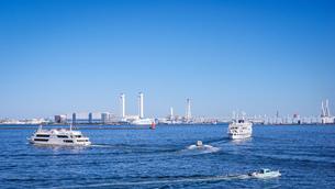 快晴の横浜港大さん橋から 船が行き交う賑やかな横浜港の写真素材 [FYI04731297]