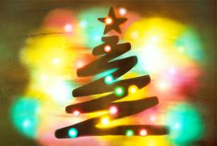 曇りガラスに描いたクリスマスツリーの写真素材 [FYI04731343]