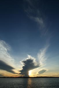 アマゾンの落日と入道雲 ブラジルの写真素材 [FYI04731457]