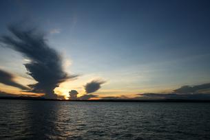 アマゾンの落日と入道雲 ブラジルの写真素材 [FYI04731464]