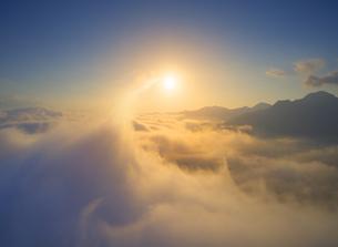 舞田から望む立ち昇る雲海と朝日の写真素材 [FYI04731560]