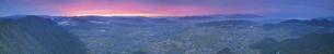 パノラマ展望台付近から望む夕焼けと塩田平の360度パノラマの写真素材 [FYI04731576]