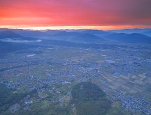 パノラマ展望台付近から望む夕焼けの塩田平と山王山公園の写真素材 [FYI04731582]
