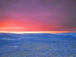 パノラマ展望台付近から望む夕焼けの塩田平と北アルプス遠望の写真素材 [FYI04731583]