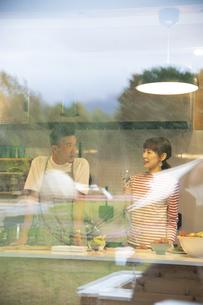 共同キッチンで談笑する男女の写真素材 [FYI04731634]