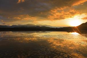 舌喰池と朝日と浅間山遠望の写真素材 [FYI04731662]