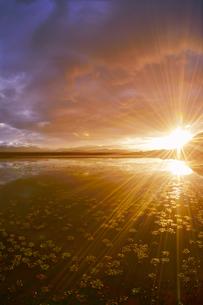 舌喰池と朝日の光芒と浅間山遠望の写真素材 [FYI04731666]