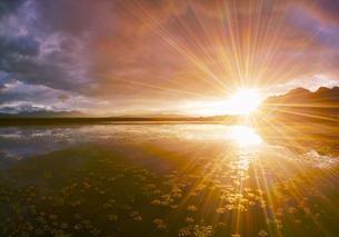 舌喰池と朝日の光芒と浅間山遠望の写真素材 [FYI04731667]
